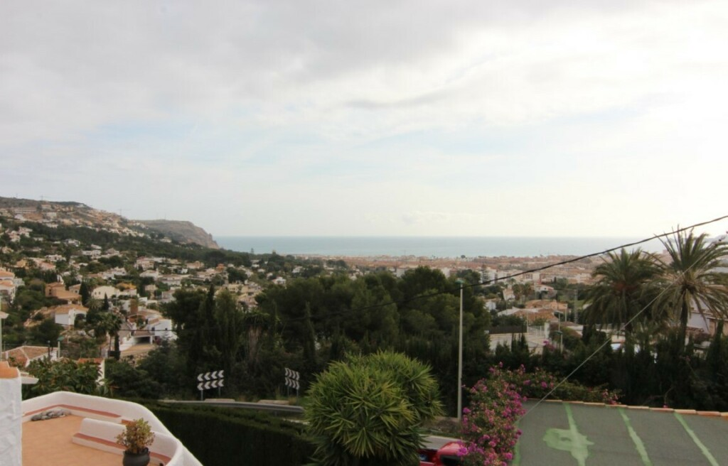 Partly renovated house with sea view for sale in Jávea 215k